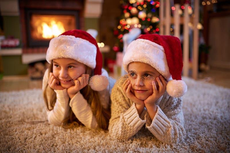 Дети ждать Санта Клауса стоковые фото