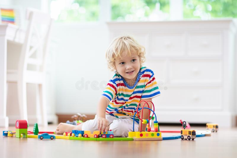 Дети играют деревянную железную дорогу Ребенок с поездом игрушки стоковые изображения rf