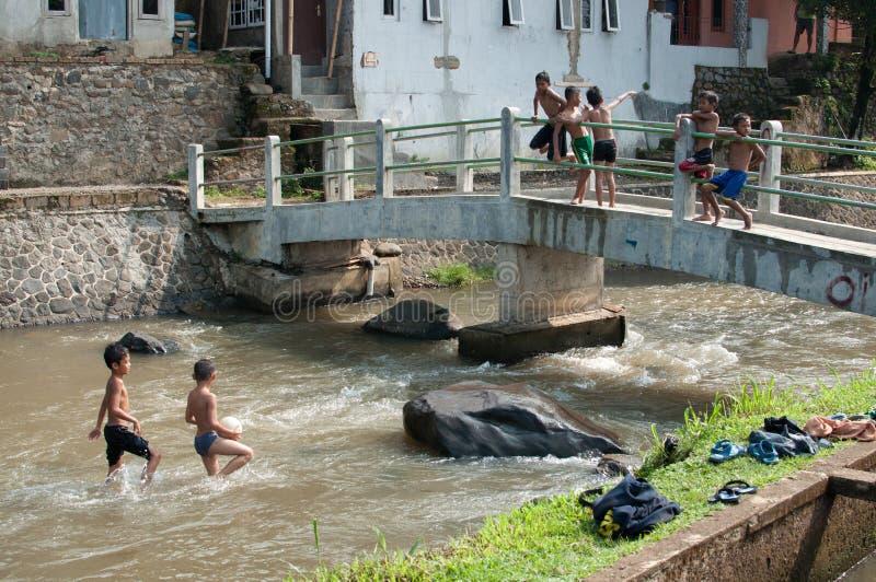 Дети играют на реке стоковое фото rf
