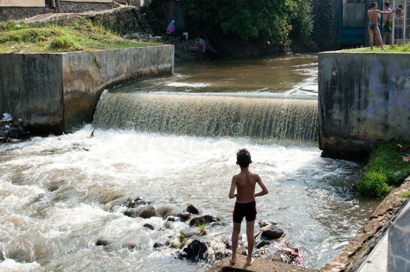Дети играют на реке стоковые изображения rf