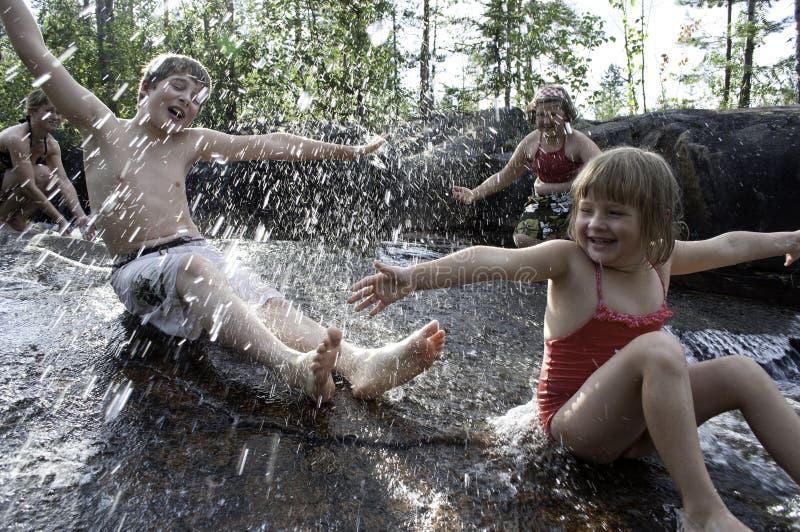 дети играя водопад стоковые изображения