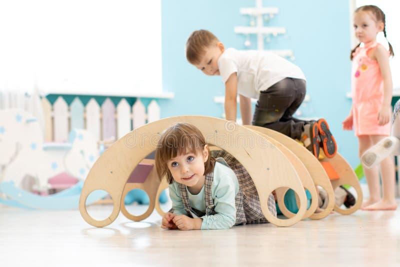 Дети играя в детском саде стоковые фотографии rf