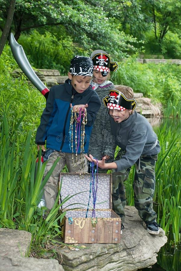 Дети играя в пиратах стоковые фотографии rf