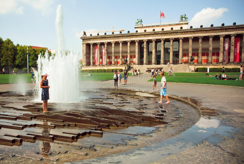 Дети играя в фонтане перед музеем Altes стоковые изображения rf
