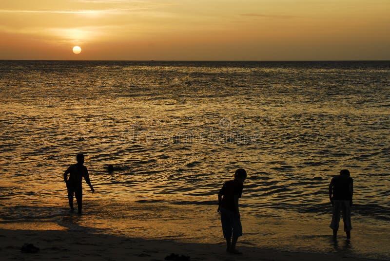 Download дети играя заход солнца Zanzibar Стоковое Фото - изображение насчитывающей утеха, отражение: 476982