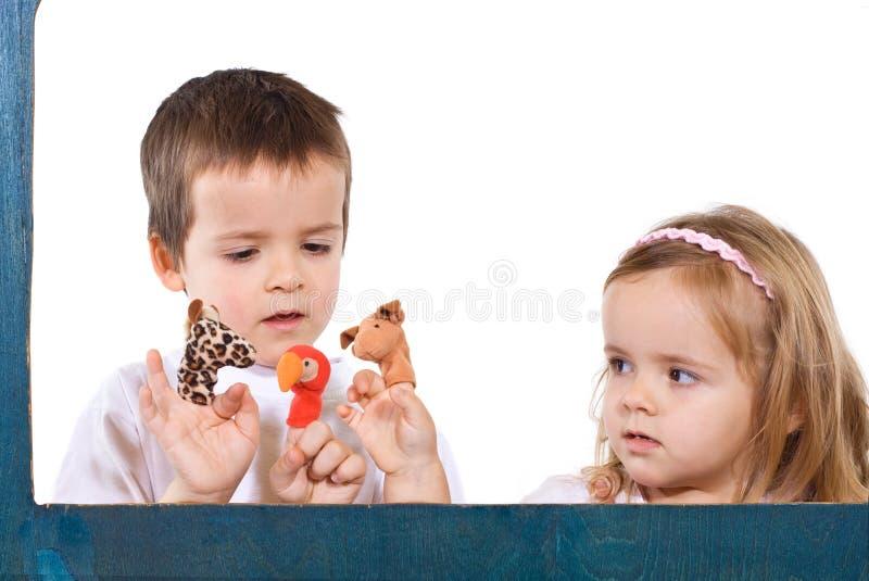 дети играя марионеток стоковые изображения rf