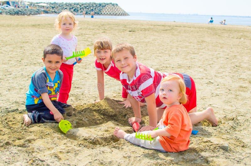 Дети играя на пляже стоковые изображения
