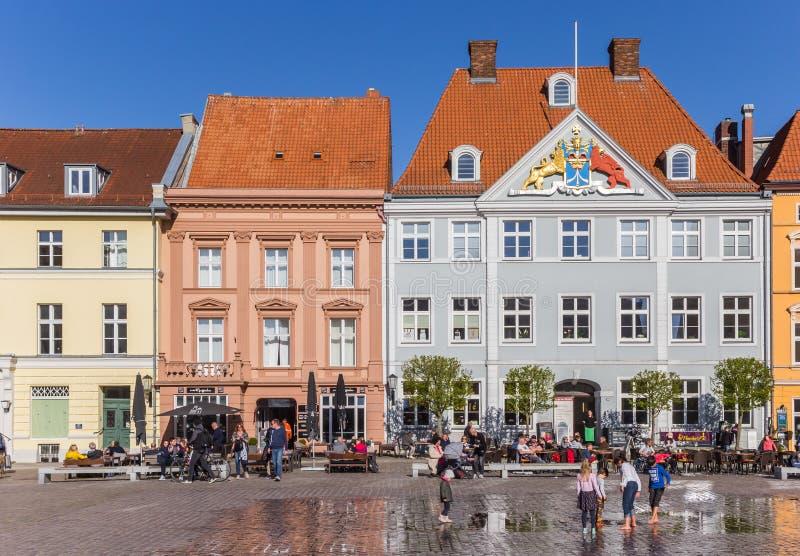 Дети играя на центральной рыночной площади в Stralsund стоковое фото
