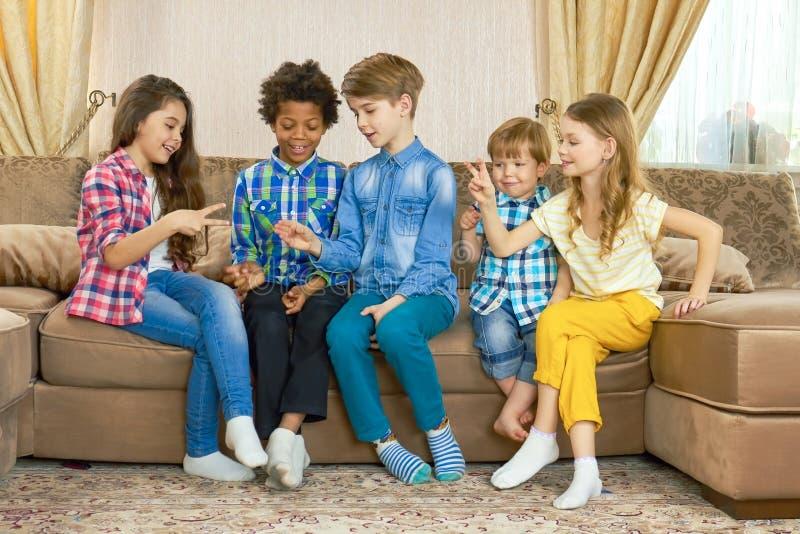Дети играя ножницы утеса бумажные стоковое фото