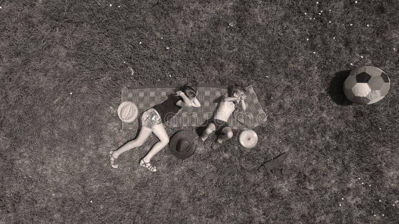 Дети играя, осматривают сверху, брат и сестра стоковое изображение