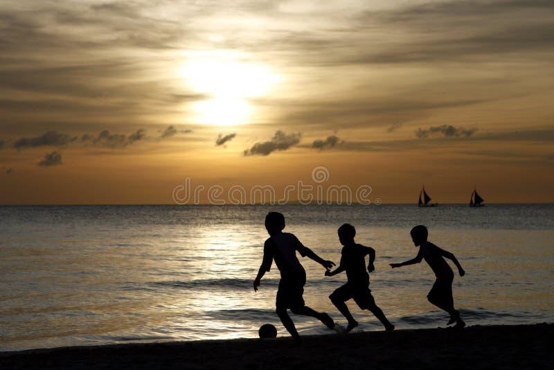 дети играя силуэт стоковое фото rf