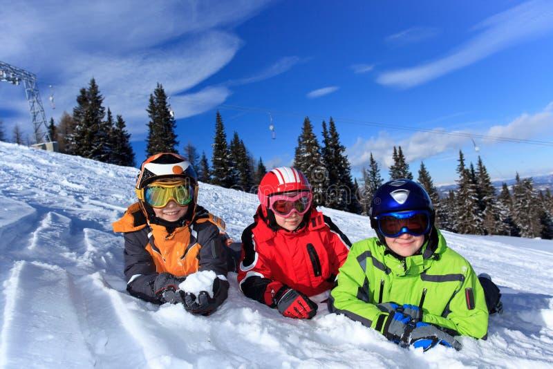 дети играя снежок стоковое изображение rf