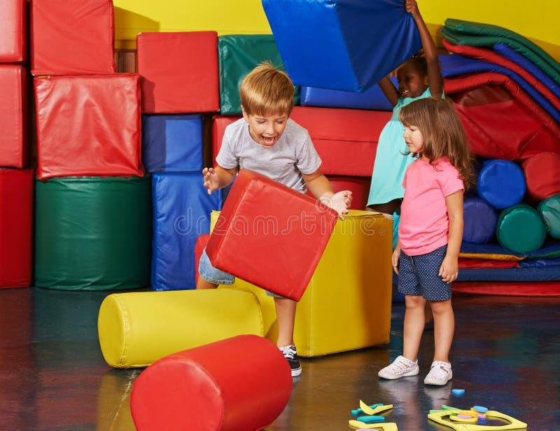 Дети играя совместно в спортзале стоковое фото