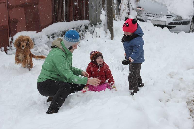 Дети играя с взрослым стоковое изображение