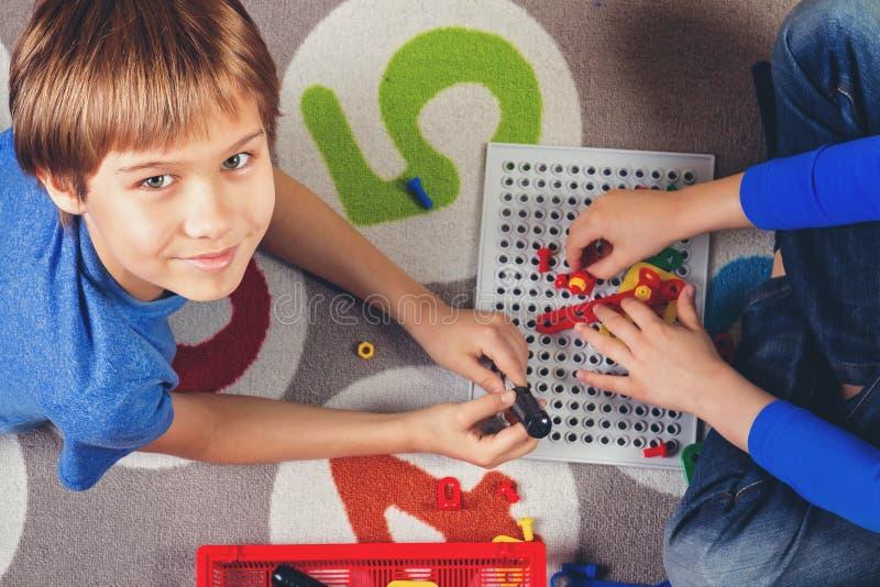 Дети играя с инструментальным ящиком игрушек Взгляд сверху стоковые изображения