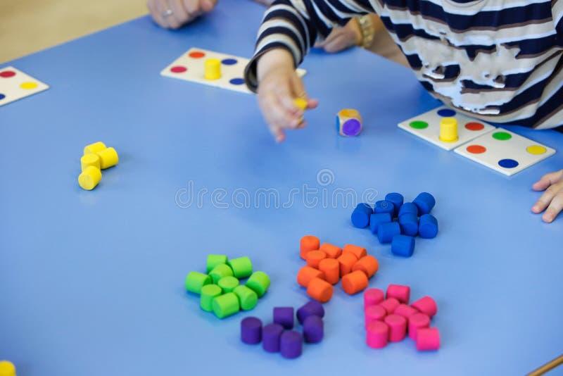 Дети играя с домодельными воспитательными игрушками стоковая фотография