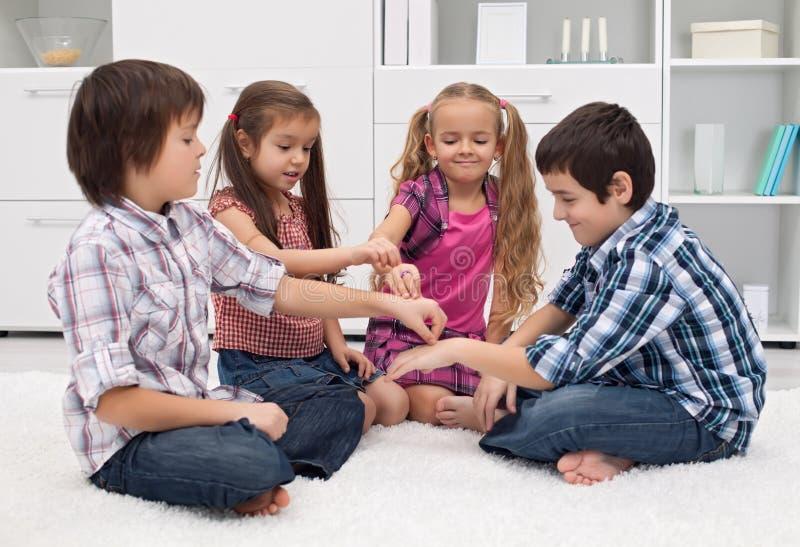 Дети играя с перстами стоковые изображения rf