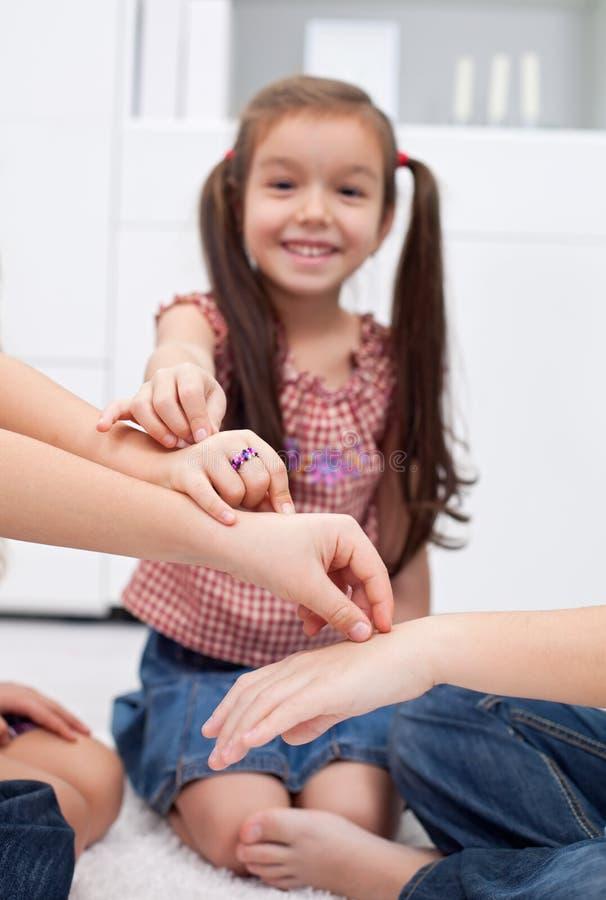 Дети играя с перстами стоковая фотография rf