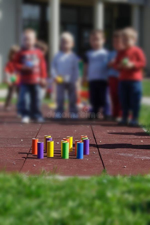 Дети играя с самодельными воспитательными игрушками стоковое фото