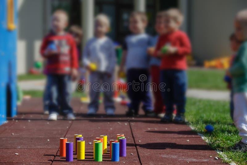 Дети играя с самодельными воспитательными игрушками стоковые изображения rf