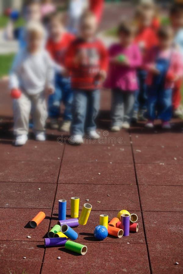 Дети играя с самодельными воспитательными игрушками стоковое изображение rf