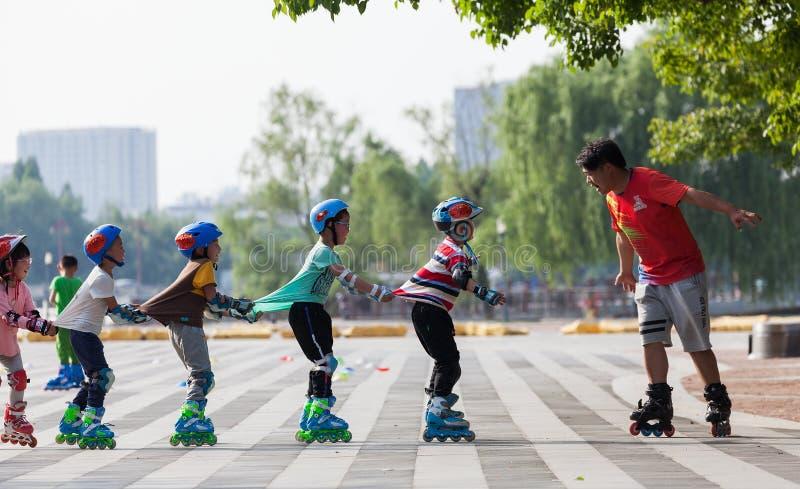 Дети играя с шкивами стоковая фотография rf