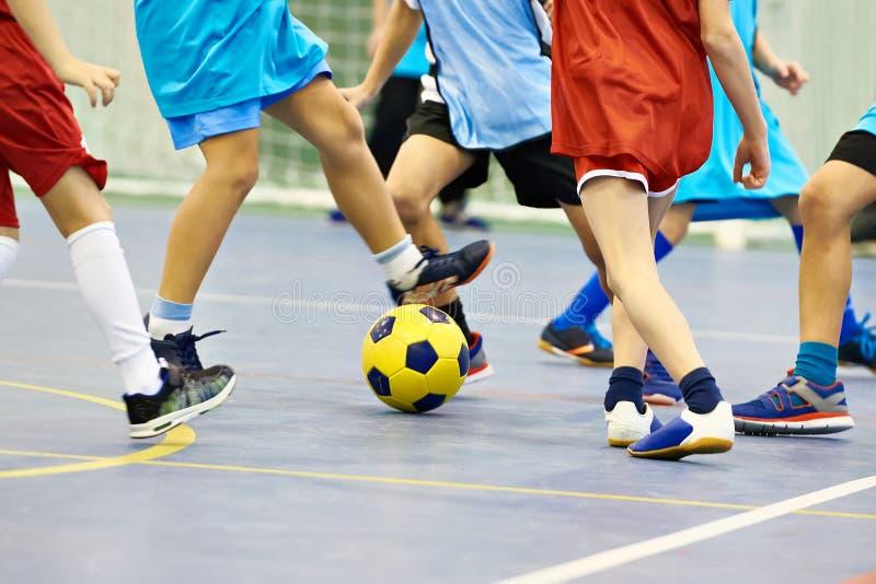 Дети играя футбол внутри помещения стоковые фотографии rf