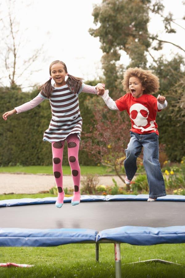 дети играя trampoline стоковые фотографии rf