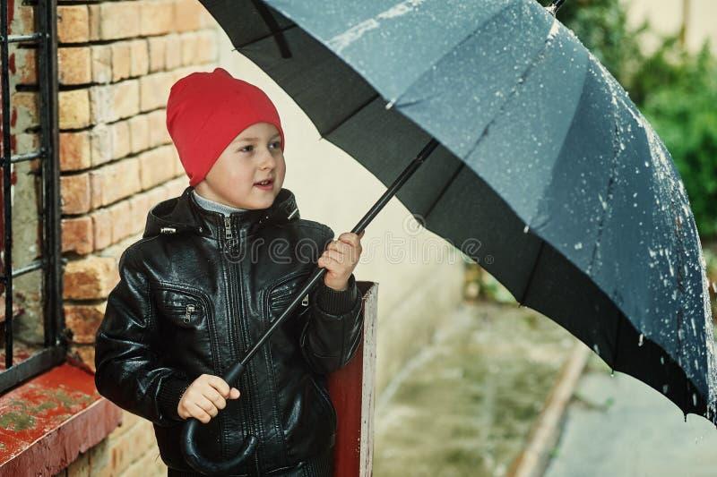 Дети идя на дождливый день стоковое изображение rf
