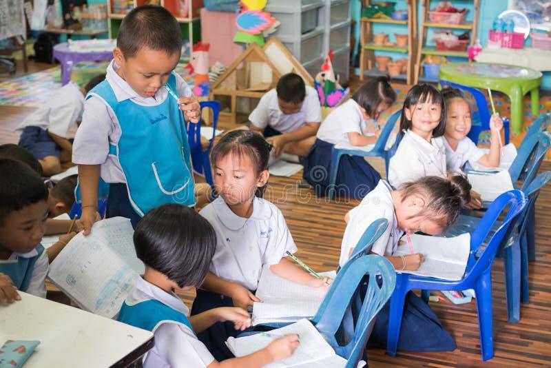 Дети изучая в классе стоковые изображения rf