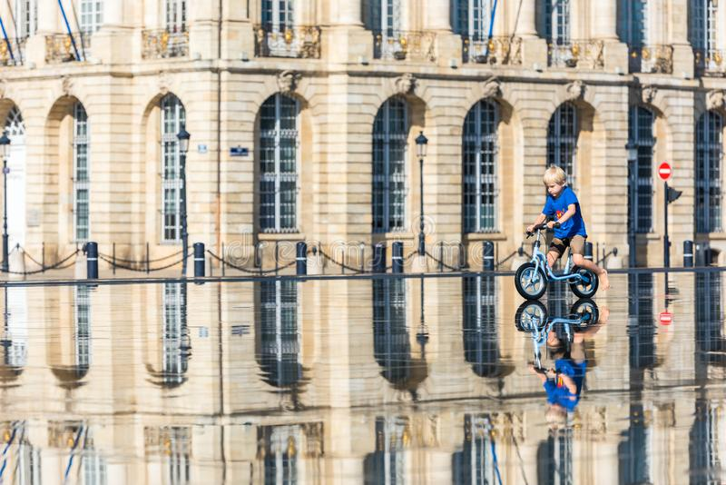 Дети имея потеху в фонтане зеркала в Бордо стоковое фото