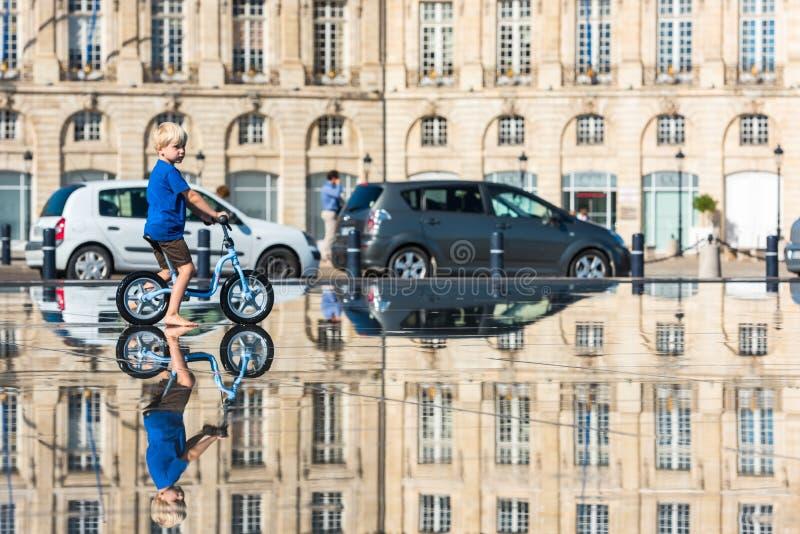 Дети имея потеху в фонтане зеркала в Бордо стоковая фотография rf