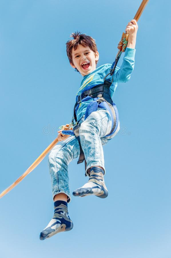 Дети имея потеху на парке атракционов Езда на каноэ принципиальная схема детства счастливая стоковые фото