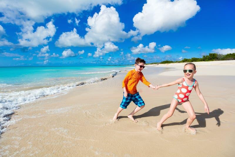 Дети имея потеху на пляже стоковое изображение rf