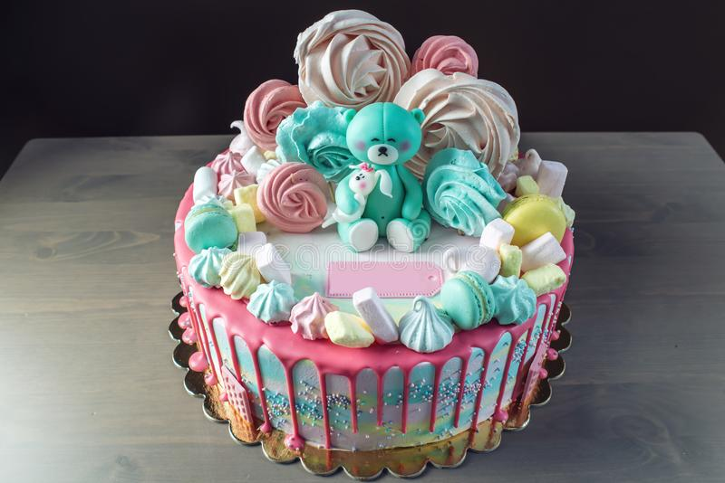 Дети испекут украшенный с плюшевым медвежонком и красочными меренгами, зефирами Концепция десертов для детей дня рождения стоковая фотография rf