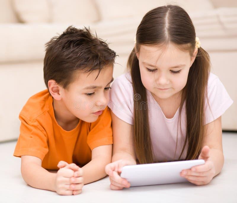 Download Дети используя планшет стоковое изображение. изображение насчитывающей девушка - 37925891