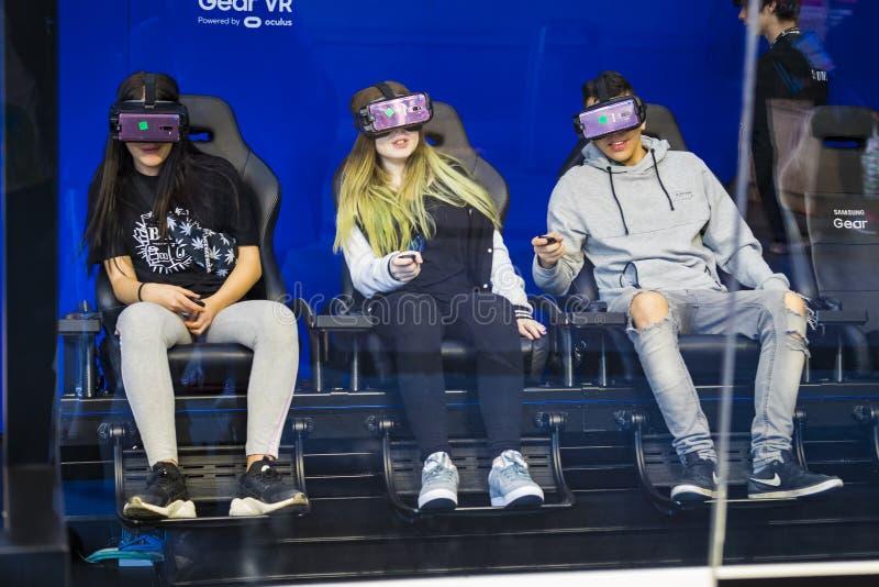 Дети испытывают стекла виртуальной реальности шестерни VR Samsung в эпицентре деятельности магазина Samsung центрального стоковое фото