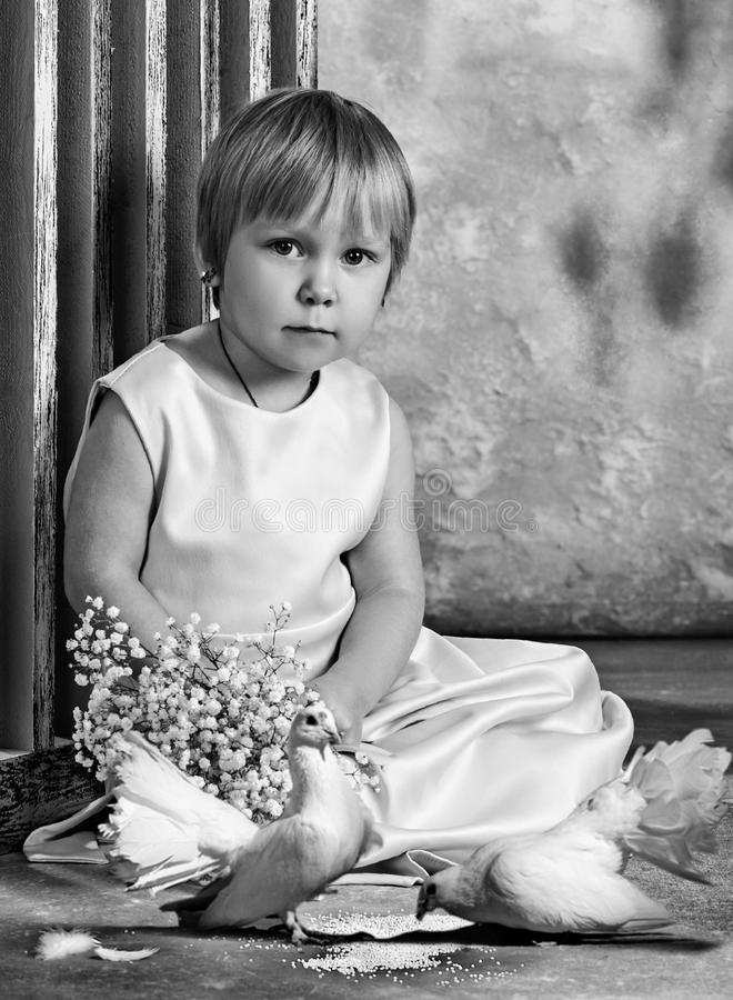 Дети и голуби очарование девушки красивейшего черного брюнет классическое смотря белизну представления портрета фото вы Девушка и стоковая фотография