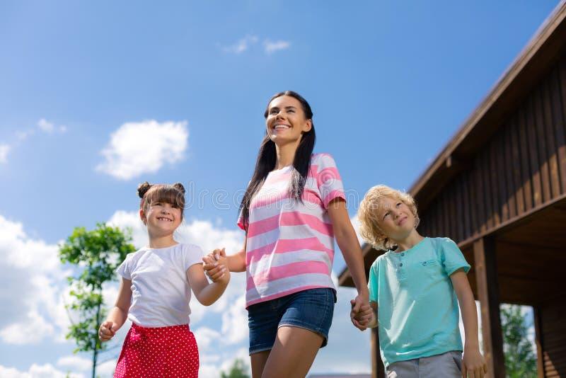 Дети и наслаждаться мамы усмехаясь изумляющ летний день стоковая фотография rf
