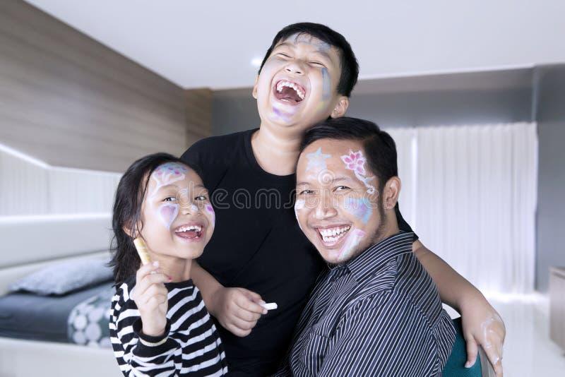 Дети и отец смеясь над совместно дома стоковое фото rf