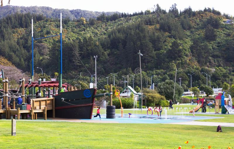 Дети и семьи наслаждаясь спортивной площадкой foreshore Picton стоковые изображения