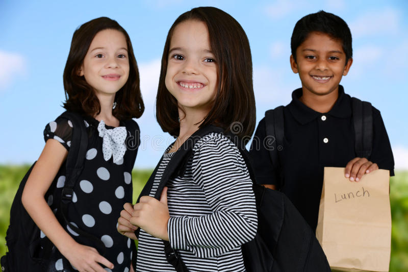 Дети идя к школе стоковая фотография rf