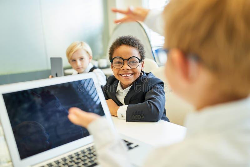 Дети как бизнесмены с ноутбуком стоковое фото rf