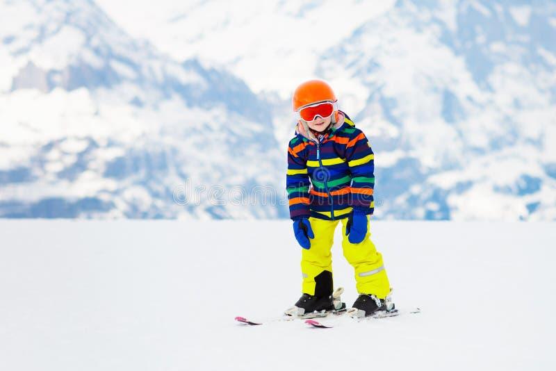 Дети катаются на лыжах Спорт снега семьи зимы Катание на лыжах ребенка стоковое изображение