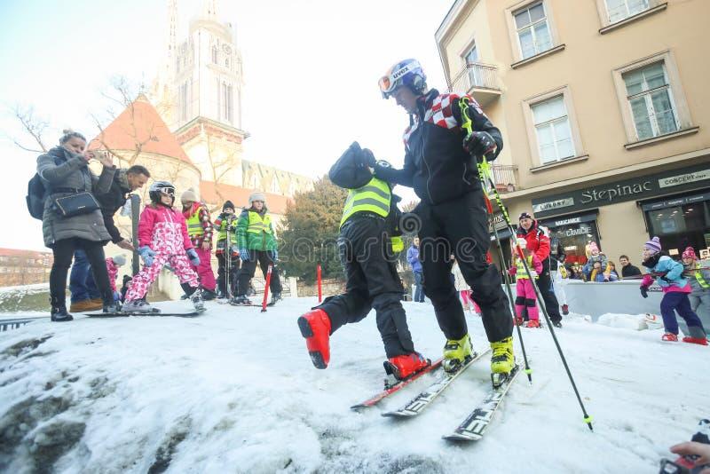Дети катаясь на лыжах в Bakaceva стоковые фото