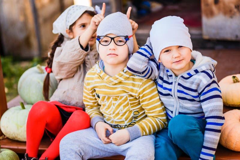 Дети кладут рожки ` s одина другого стоковая фотография rf