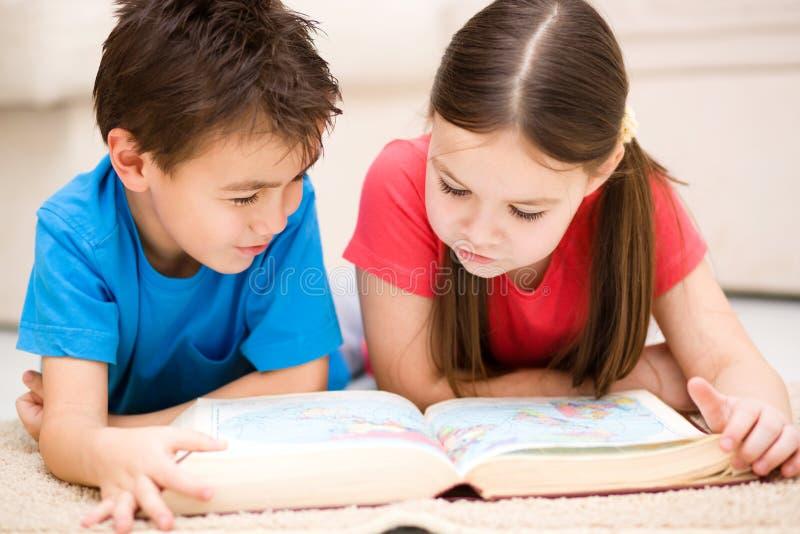 Дети книга чтения стоковая фотография