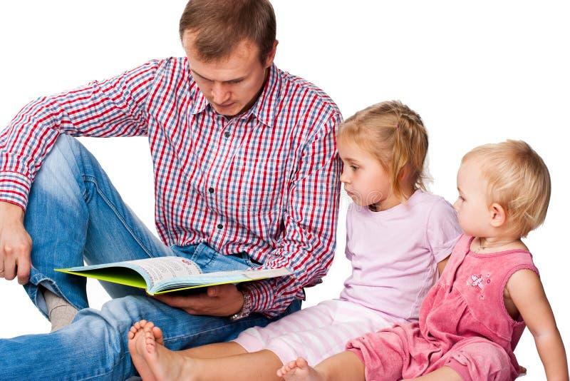 дети книги будут отцом его чтения к стоковое фото rf