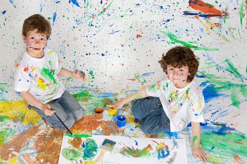 дети крася играть стоковые изображения