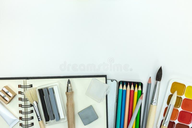 Дети крася инструменты и аксессуары на белой предпосылке стоковые фотографии rf